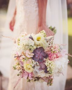 The global situation looks grim. But that doesn't stop flowers of all kinds to remind us to stay positive and appreciate the little things. Pastel Bouquet, Bride Bouquets, Staying Positive, Little Things, Romania, Wedding Planner, Appreciation, Floral Wreath, Positivity