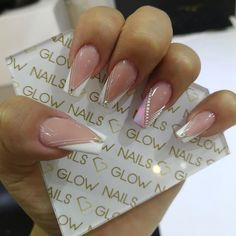 La imagen puede contener: una o varias personas, texto y primer plano Sassy Nails, Cute Nails, My Nails, Elegant Nails, Stylish Nails, Best Acrylic Nails, Acrylic Nail Designs, Glow Nails, Luxury Nails
