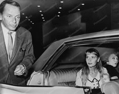 Frank Sinatra Mia Farrow In Car Candid Reprint Of Old Photo Vintage Hollywood, Classic Hollywood, Hollywood Party, Mia Farrow, Important People, Famous Couples, Old Photos, Movie Stars, Singer