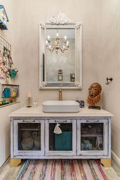 חמימות אצילית: עיצוב פנטהאוז במודיעין הצופה אל העמק | בניין ודיור House Design, Double Vanity, Home, Vanity, Guest Toilet, Bathroom Vanity, Bathroom, Toilet, Mirror