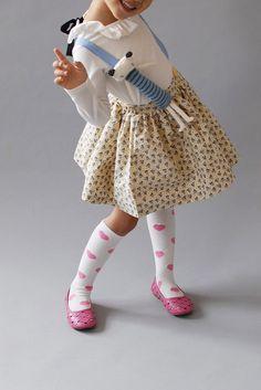 Милая девочка Абигал в белых колготках