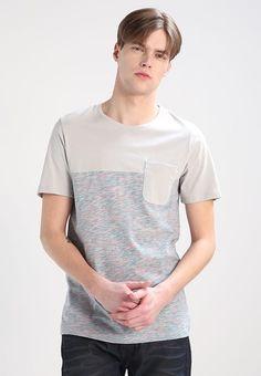 Kleding Jack & Jones JORBASK SLIM FIT - T-shirt print - mirage gray Lichtgrijs: € 14,95 Bij Zalando (op 7-4-17). Gratis bezorging & retournering, snelle levering en veilig betalen!