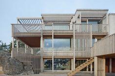 Labyrintisk trävilla fylld med stora och små vrår bild 1