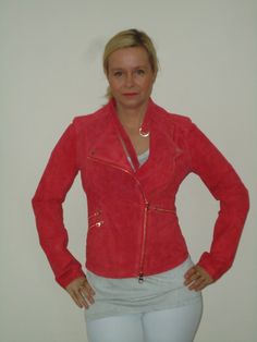 Ibana rouge suede jasje, rocky in rood met rozé details.   FASHION OBSESSION