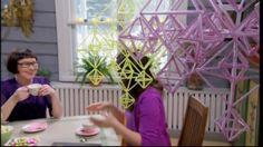 Eija Koski och Camilla bygger oro av sugrör.