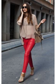Street Style : How To wear Red Leather Pants Fashion Blogger Style, Look Fashion, Fashion Outfits, Womens Fashion, Fashion Trends, Fashion Scarves, Thrift Fashion, Fall Fashion, Fashion Inspiration