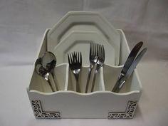 Porta pratos e talheres em MDF, com arabescos, pintado com a tecnica provençal. Este porta pratos dá para 12 pratos rasos, ou 6 rasos e 6 de sobremesa. Confecção AtelierdaPonte R$ 65,00