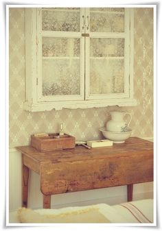 White Painted Wall Cabinet - with lace covered glass paned doors - Madame Petite - Foto - Styling: Bondromantiskt fönster... sy en enkel rullgardin!