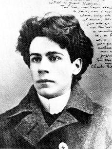 Son premier poème, «Rêve fantasque», est publié dans Le Samedi du 13…