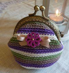 Monedero vintage realizado a ganchillo. Diy Crochet Coin Purse, Crochet Change Purse, Crochet Wallet, Love Crochet, Cute Purses, Purses And Bags, Crochet Handbags, Mini Purse, Crochet Slippers