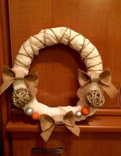 Corona de Navidad hecha a mano con tela, cuerda y arpillera