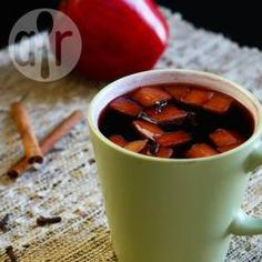 Vinho quente com maçã @ allrecipes.com.br - Vinho quente fácil com pedaços de maçã e especiarias. Essa receita serve umas 8-10 pessoas.