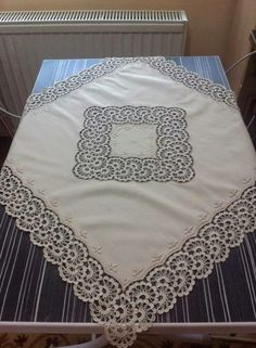 Beautiful tone-on-tone embroidered and crochet supper cloth ♥ Crochet Table Runner, Crochet Tablecloth, Crochet Doilies, Crochet Lace, Crochet Quilt, Crochet Chart, Filet Crochet, Crochet Stitches, Crochet Designs