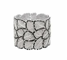 Celebrities who use a Chanel Eventail Bracelet. Also discover the movies, TV shows, and events associated with Chanel Eventail Bracelet. Bracelet Chanel, Chanel Jewelry, Fashion Jewelry, Graff Jewelry, Jewellery, I Love Jewelry, High Jewelry, Jewelry Accessories, Jewelry Design