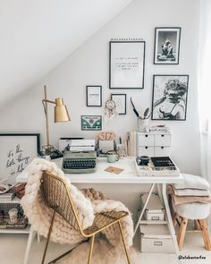 What's a home office without a gallery wall. Was ist ein Home Office ohne Galeriewand? Study Room Decor, Cute Room Decor, Room Ideas Bedroom, Diy Bedroom Decor, Home Office Design, Home Office Decor, Home Decor, Cozy Dorm Room, Dorm Rooms