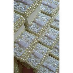 Caixinhas lindas em perolas e guipir!!!! Detalhes que fazem a diferença!  #perolas #caixinhas #mimos - feita_mao