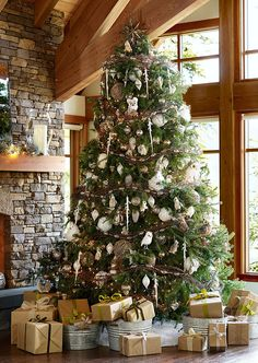 Beyond gorgeous! Love the little animals in the woodland themed Christmas tree!