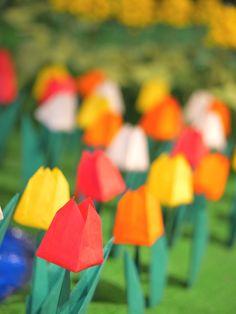 """小さい頃は無心になって折り紙で遊んでいた人も多いのではないでしょうか。最近では、日本だけでなく、世界でも""""ORIGAMI""""が広く認知され、外国の学校でも折り紙のワークショップが開催されるほど人気も高くなってきました。今回は、お子様と一緒に楽しめる折り紙を、春のチューリップ、冬のポインセチアなど「季節のお花」をテーマにご紹介致します。ドライフラワーのように壁に飾ったり、生花のように活けてみたり、花束にして贈り物にしてみたりと、素敵に活用してみてくださいね♪"""