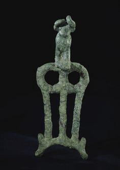 Passe-guides orné d'une figurine de taureau Dynasties archaïques II, vers 2650 - 2600 avant J.-C. Mésopotamie Cuivre Conservation: Paris, MdL. Fiche Louvre: