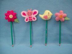Ponteiras de lápis flores e bichinhos de jardim em feltro, embaladas em saquinho celofane, laço de cetim e cartãozinho personalizado ! Obs: ponteiras embaladas com fita de cetim comum R$ 3,20 cada com fitas especiais, poa, xadrez ou outras, haverá um acrescimo de R$ 0,40 em cada ponteira R$ 3,52 Kids Crafts, Baby Crafts, Diy And Crafts, Arts And Crafts, Pen Toppers, Felt Bookmark, Felt Gifts, Felt Embroidery, Felt Dolls