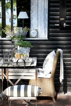 Cozy little outdoor seating space outside a black house. Outdoor Rooms, Outdoor Dining, Outdoor Furniture Sets, Outdoor Decor, Dining Area, Kitchen Dining, Rustic Outdoor, Outdoor Seating, Mesa Exterior