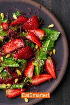 Die Kombination aus herzhaft und süß ist in diesem Rezept einfach total lecker! Die Erdbeeren verleihen diesem Salat eine sommerliche Frische. | EAT SMARTER #salat #schnell #einfach #kalorienarm Eat Smarter, Healthy Recipes, Healthy Food, Healthy Lifestyle, Stuffed Peppers, Vegetables, Vegan, Corona, Food Planner