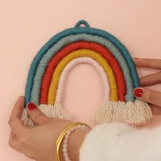 Réalisez un bel Arc-en-ciel en macramé, promis c'e Rope Crafts, Diy Crafts Hacks, Diy Home Crafts, Yarn Crafts, Feather Crafts, Macrame Wall Hanging Diy, Macrame Art, Macrame Projects, Macrame Knots