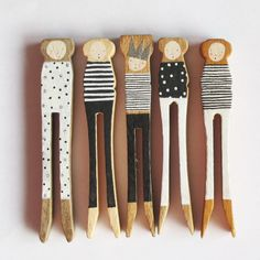 Set of monochrome 5 Peg People by Porter Colline. Wooden Pegs, Wooden Dolls, Wood Pallet Art, Spoon Art, Teenage Girl Gifts, Clothespin Dolls, Kokeshi Dolls, Cute Toys, Upcycled Crafts