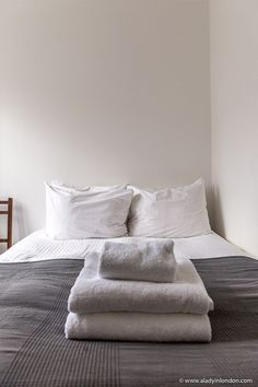 This is a bed in an Edinburgh apartment rental. This travel itinerary for 4 days in Edinburgh, Scotland has the best Edinburgh itinerary for your trip to Scotland. It has everything from Edinburgh Castle to Edinburgh University and more. If you're looking for the best things to do in Edinburgh, this great Edinburgh itinerary has it all.