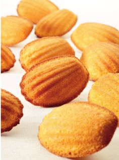 Madeleintjes by Roger van Damme ~ Njam. Pureed Food Recipes, Baking Recipes, Cookie Recipes, Snack Recipes, Dessert Recipes, Snacks, Great Desserts, Köstliche Desserts, Delicious Desserts