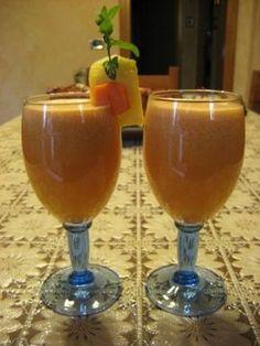 Centrifuga di mela, carota e ananas nel bicchiere