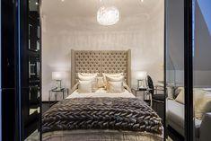 Inside Alexander McQueen's former London penthouse - Vogue Living London Mansion, Penthouse London, Lustre Vintage, Alexander Mcqueen, Vogue Living, Interior Decorating, Interior Design, Decorating Ideas, Celebrity Houses
