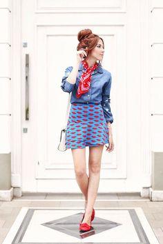 lips printed skirt <3 denim shirt and scarf  Montei 5 looks em uma loja em liquidação e dei dicas pra não comprar por impulso. Comprar menos, mas comprar bem!
