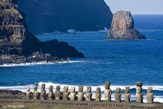 Остров Пасхи всегда был загадкой для исследователей. Они и сегодня стремятся разгадать его тайны. Одной из них остаются каменные статуи, которые по преданиям, были воздвигнуты местными жителями в з…