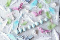 Monessa perheessä askarrelallaan pääsiäisvitsoja lasten kanssa virpomispäivää varten. Valmiiden sulkien ja piippurassien lisäksi monenlaisia...