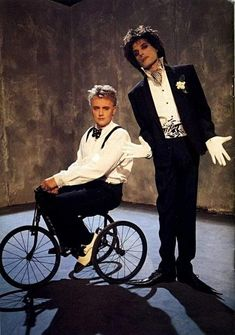 Innuendo – album Queen ~ Freddie Mercury and Roger Taylor Innuendo Photo Session 1990 Queen Photos, Queen Pictures, Family Pictures, Queen Band, John Deacon, I Am A Queen, Save The Queen, Roger Taylor Queen, We Will Rock You