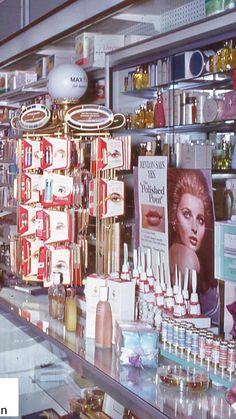 Vintage Makeup Ads, Retro Makeup, Vintage Vanity, Vintage Beauty, Vintage Ads, Vintage Photos, Vintage Fashion, Makeup History, Marilyn Monroe Photos