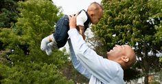 Ninar é diferente de chacoalhar o bebê; entenda os riscos