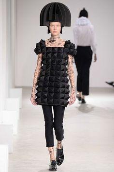 Né en 1961 à Fukushima, et diplômé duBunka Fashion College de Tokyo en 1984, Junya Watanabe a intégré la célèbre maison Comme des Garçons en tant que patroniste avant de prendre la tête de la sect…