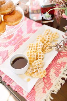 cool How perfect are these Heart-Shaped Waffles for your Galentine's Day brunch? medianet_width = medianet_height = medianet_crid = medianet_versionId = (function() { var isSSL = 'https:' == document. Valentines Day Food, My Funny Valentine, Valentine Day Crafts, Valentine Party, Easter Party, Easter Table, Valentine Ideas, Valentine Decorations, Easter Eggs