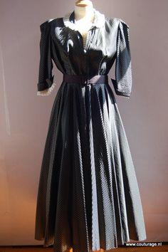 Maison de Bonneterie: Jurk van zwart/grijze geruite zijde met kantgarnering (1940E010)