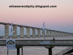 Transporte en Cruzando el puente Rosario-Victoria mientras salia el sol.