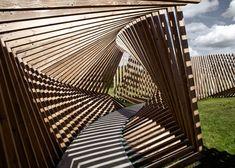 Durch die Überlagerung der Strukturen entstehen Moiré-Effekte - je nach Perspektive und Bewegung des Betrachters. Foto: Courtesy of Thilo Frank