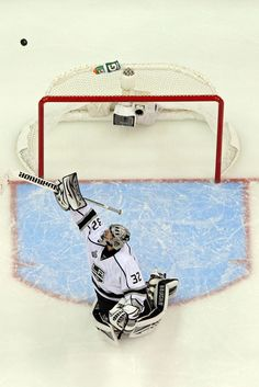 I love camera shots like this. Hockey Goalie, Ice Hockey, Soccer, Jonathan Quick, La Kings Hockey, Hockey Stuff, Camera Shots, Nhl, Sick