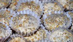 Rozpočet: 5 menších bílků, špetka soli, 250 g krupicového cukru, 30 g strouhané hořké čokolády, 70 g strouhaných piškotů, 100 g strouhaných oloupaných mandlí. Papírové košíčky a nahrubo sekané mandle na posypání. Postup: Z bílků a špetky soli u