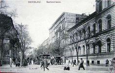 To zdjęcie zostało wykonane u wylotu ulicy Kołłątaja (po prawej) Widok w kierunku zachodnim. Po prawej widoczny budynek ,który stał tu przed wybudowaniem Hotelu Kronprinz (Piast). Po lewej widoczny Hotel Germania. Podobne ujęcie, lecz w szerszym kadrze i z wybudowanym już Hotelem Kronprinz Lata 1905-1910