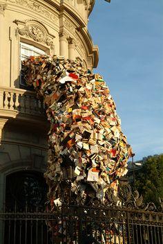 Alicia Martin realizza le sue sculture con strutture di reti metalliche a cui fissa i libri: le folate di vento che muovono le pagine accentuano l'effetto dinamico dell'opera