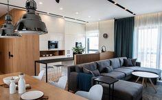 canapé gris chiné avec méridienne dans le salon ouvert vers la salle à manger et la cuisine