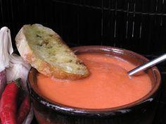 Tomates à l'espagnole pan al ajo pain à l'ail 8 tomates rondes ou 4 coeur de boeuf bien mûres 50 gr de pain (type campagne) 3 cuillères à soupe d'huile d'olive 1 cuillère à café rase de pimenton (il en existe des doux comme des forts, à vous de choisir) sel Pour le service: Pan al ajo ¼ de baguette 1 gousse d'ail 1 cuillère d'huile d'olive Olives, Fondue, Service, Pudding, Baguette, Cheese, Comme, Ethnic Recipes, Desserts