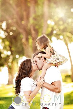 pose Family of three, family pictures, daughter on daddy's shoulders, mom and dad kissing, family photography Summer Family Photos, Family Of Three, Fall Family Pictures, Family Picture Poses, Family Posing, Family Portraits, Family Pics, Toddler Family Photos, June Pictures